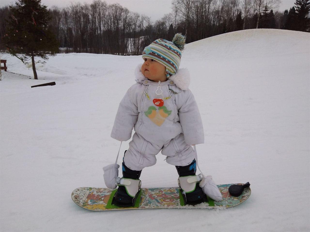 ВИДЕО: 13-месячный малыш из Ярославля покоряет горы на сноуборде