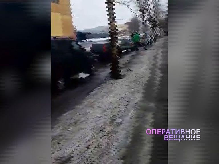 Сразу десять машин пробили колеса на Полушкиной роще