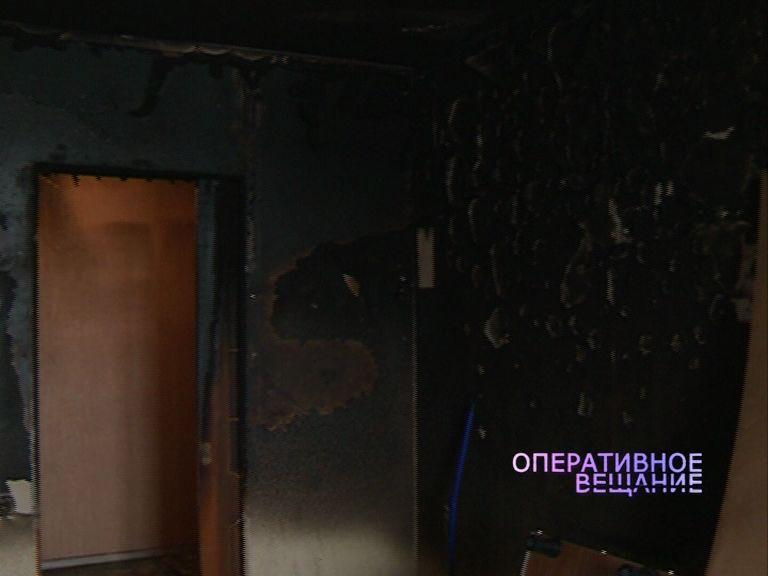 Сильный пожар в многоэтажке уничтожил часть квартиры