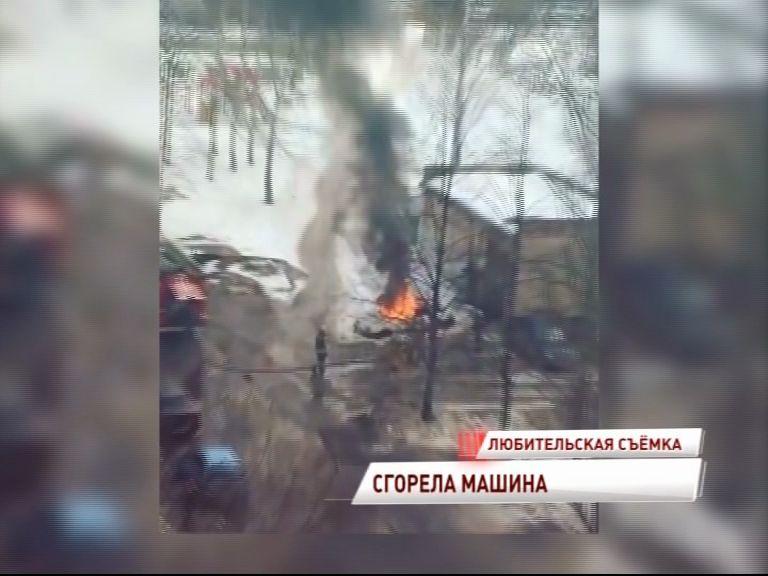 В Дзержинском районе вспыхнул автомобиль