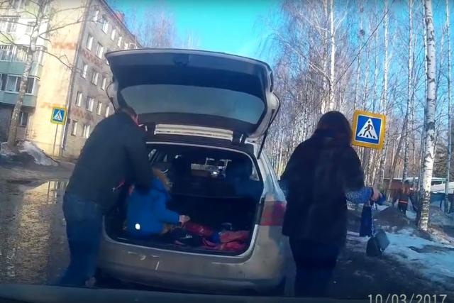 ВИДЕО: В Угличе родители «загрузили» ребенка в багажник машины и отправились в путь