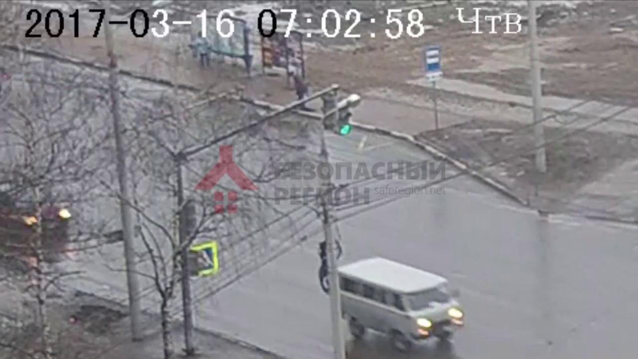 ВИДЕО: Ярославец провалился в шестиметровую бездну прямо на остановке
