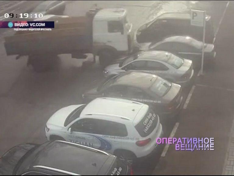 На Полушкиной роще водитель МАЗа протаранил припаркованную легковушку