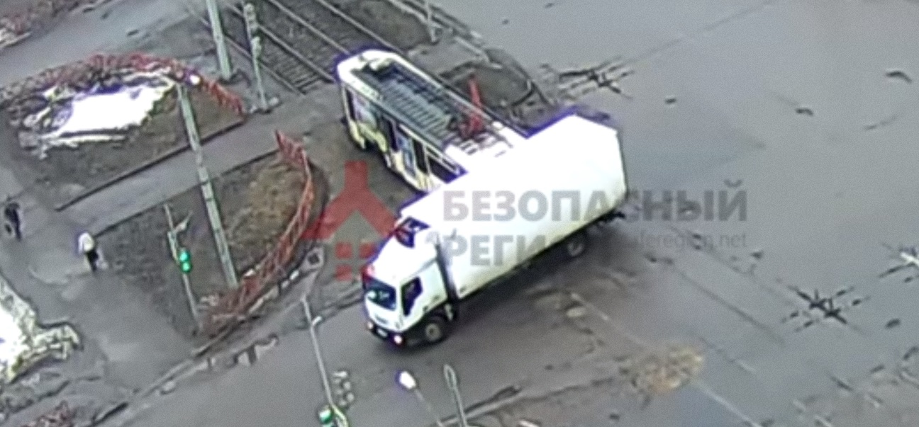 ВИДЕО: Трамвай с пассажирами распорол бок у грузовика