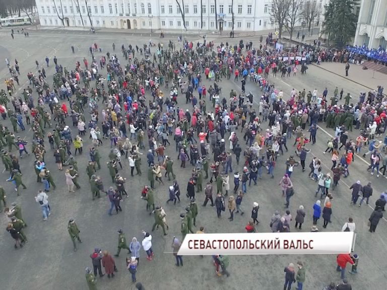 Полторы тысячи человек закружились в танце на Советской площади