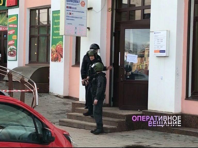 Полиция и «скорая» прибыла на сообщение о подозрительном предмете в офисе одного из банков