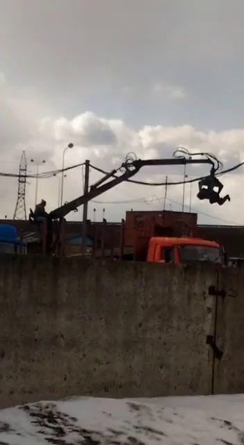 ВИДЕО: Аттракцион по-ярославски: водитель погрузчика металлолома покрутил друга в «щупальцах»