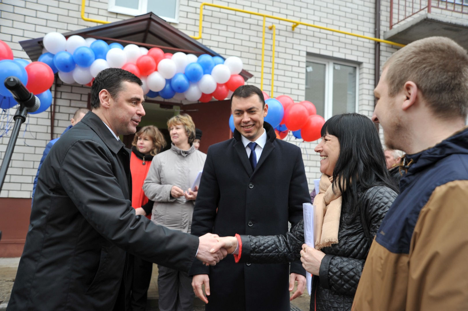 Дмитрий Миронов вручил ключи от новых квартир переселенцам из аварийного жилья