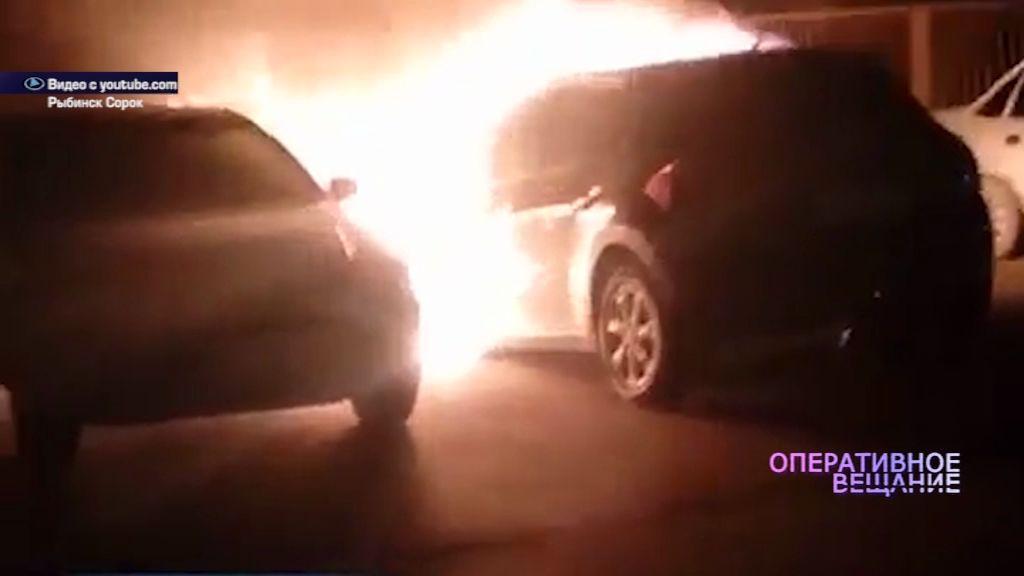 В одном из дворов Рыбинска вспыхнули две машины
