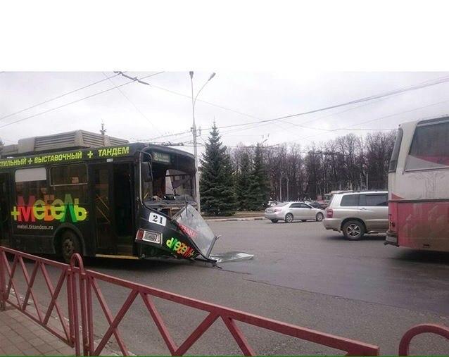 У троллейбуса вылетело лобовое стекло после столкновения с туристическим автобусом