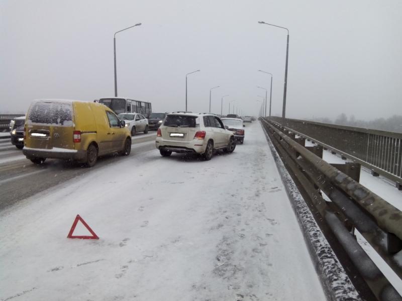 На Октябрьском мосту столкнулись сразу четыре автомобиля