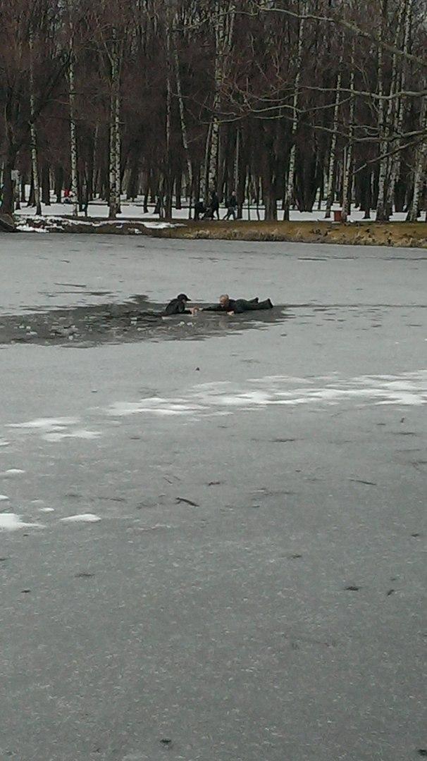 ФОТО: Ярославец спас мальчика, провалившегося под лед в парке Нефтяников