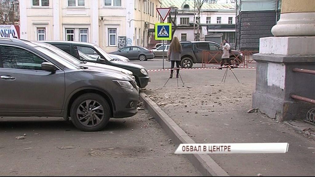 На Советской обвалилась штукатурка на стоящие автомобили