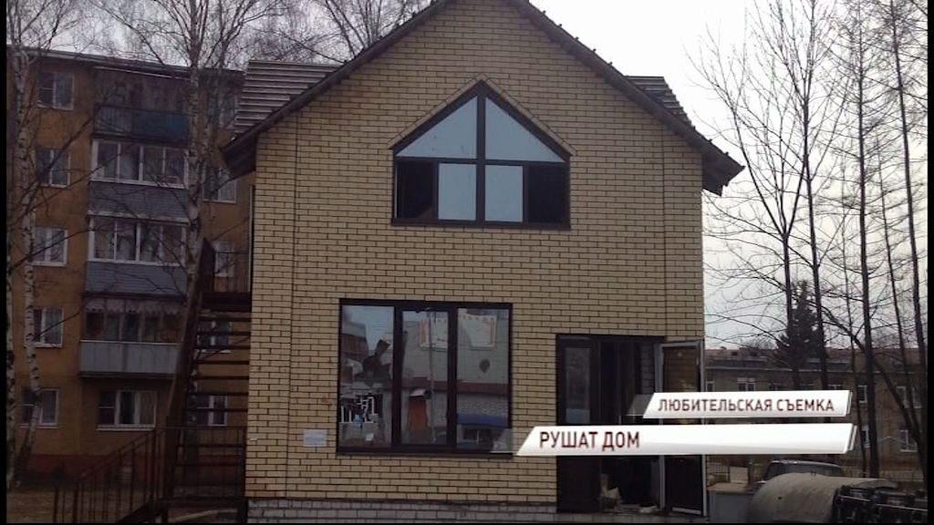 В Дзержинском районе сносят незаконно построенный двухэтажный дом