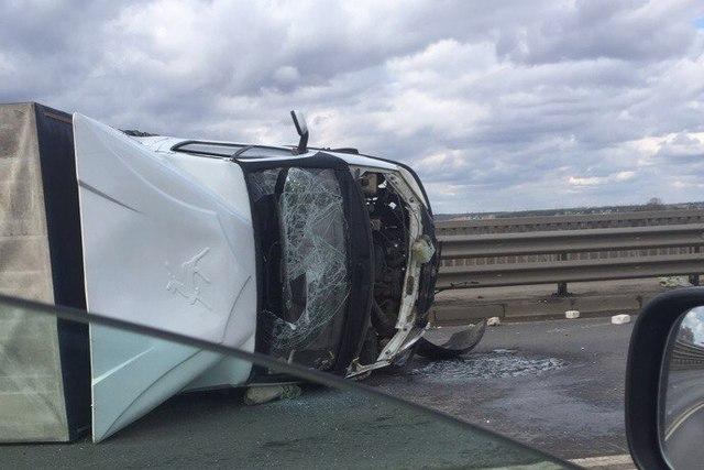 На Октябрьском мосту перевернулся грузовик: движение встало