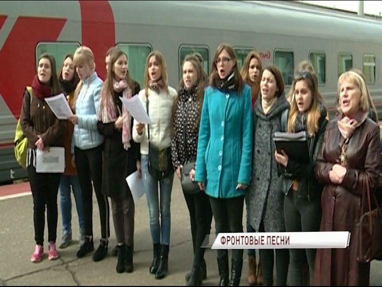 Хор из 100 человек встречал поезда на Ярославле Главном песнями военных лет