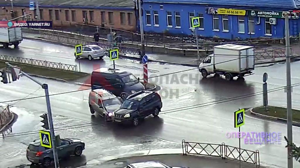 Днем на Лисицына столкнулись несколько машин