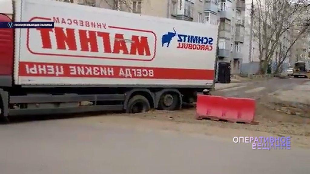 ВИДЕО: На Володарского под землю ушел грузовик с продуктами