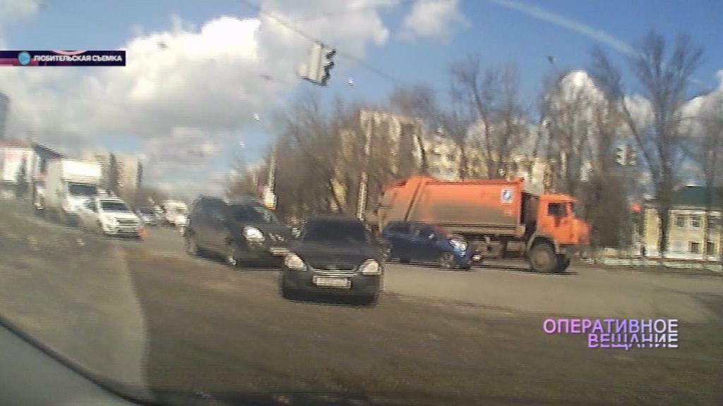 На проспекте Октября прямо на трамвайных путях столкнулись две машины