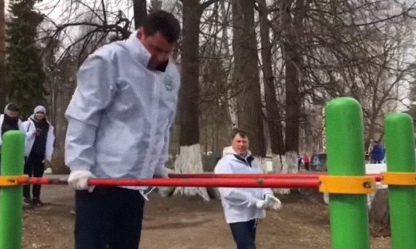 ВИДЕО: Дмитрий Миронов с легкостью сделал упражнения на брусьях