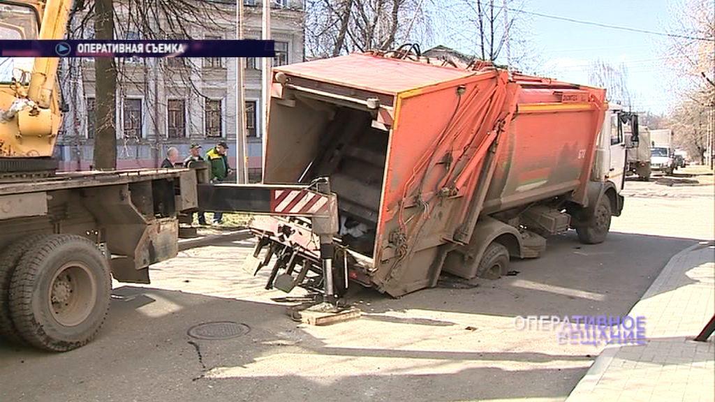 В центре Ярославля мусоровоз едва не ушел под землю