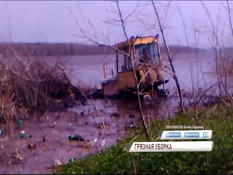 Грядет проверка: природоохранная прокуратура заинтересовалось видео, в котором тракторист сваливает мусор в Волгу