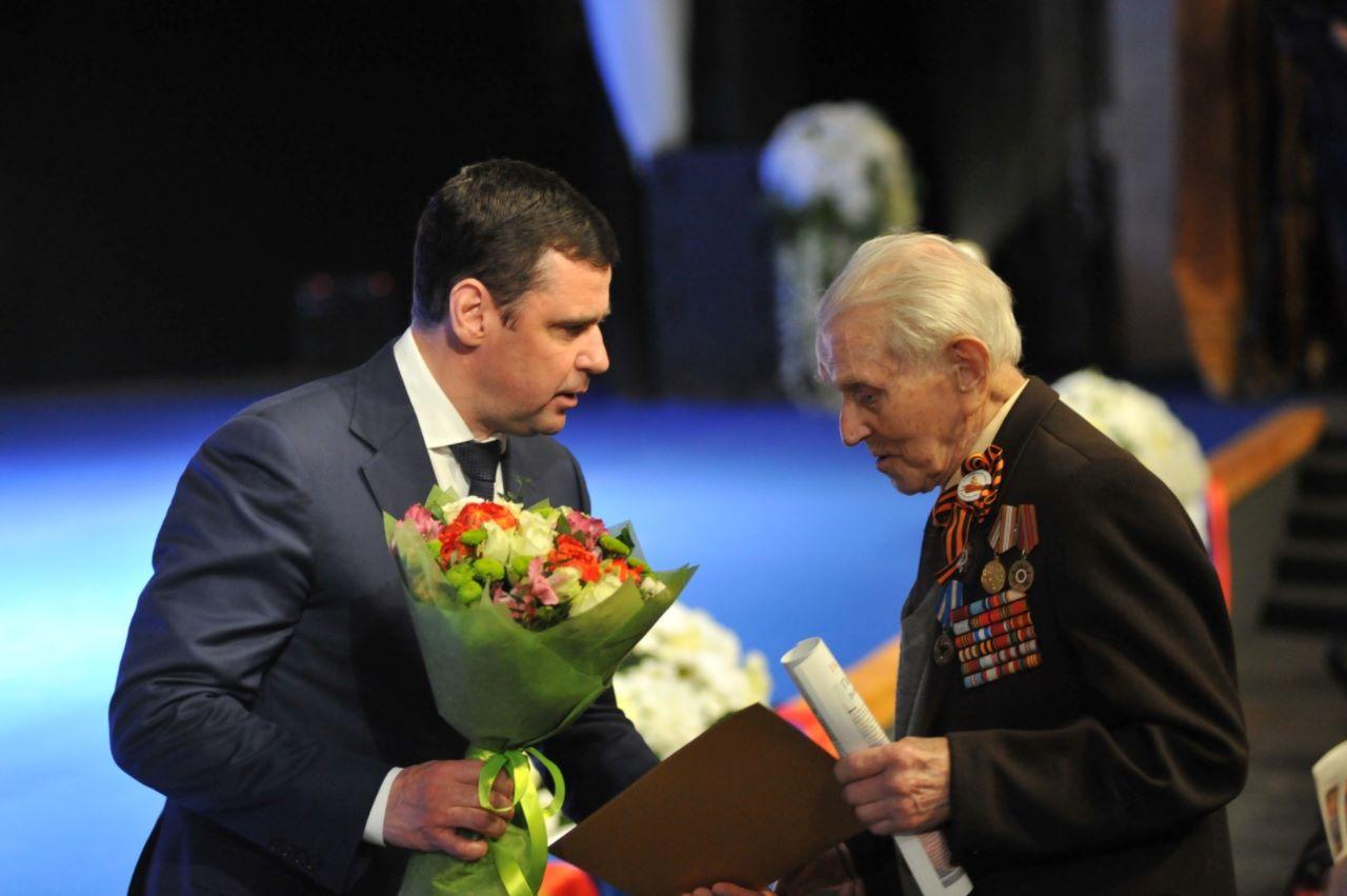 Дмитрий Миронов вручил благодарности губернатора участникам войны