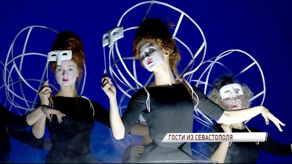 На сцену первого русского с гастролями прибыл Севастопольский академический драматический театр имени Луначарского