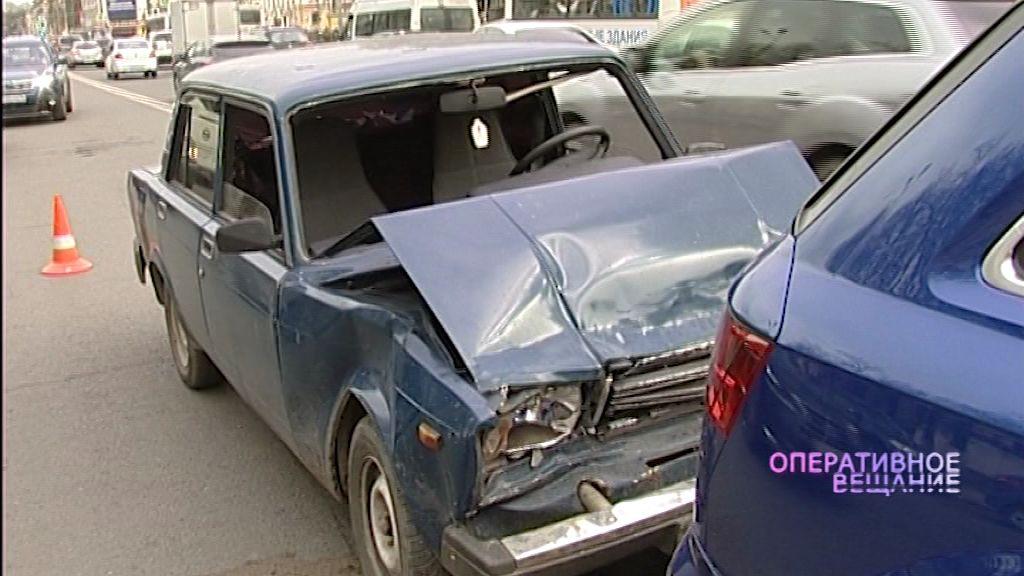 Авария из анекдота: старенькие «Жигули» протаранили дорогущую иномарку на проспекте Октября