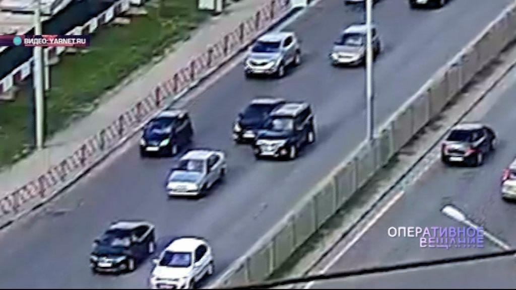 ВИДЕО: черный кроссовер протаранил легковушку и скрылся