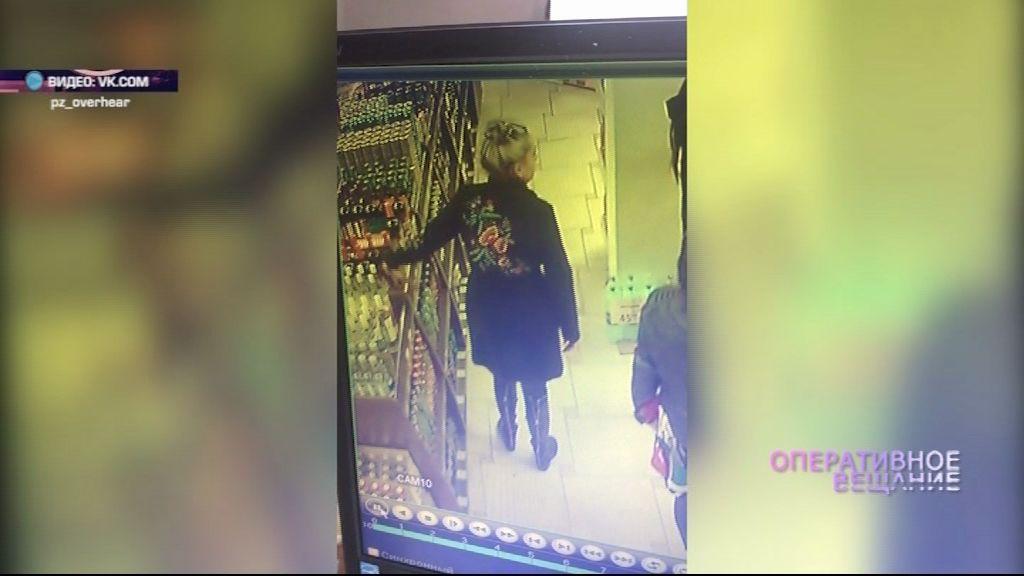 ВИДЕО: Женщина вынесла из супермаркета бутылку со спиртным и не заплатила