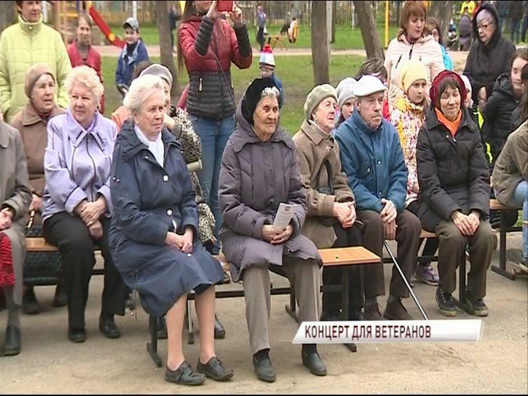 В сквере на улице Юности прошел концерт для ветеранов