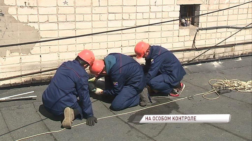 Жители многоэтажки на улице Панфилова дождались ремонта крыши