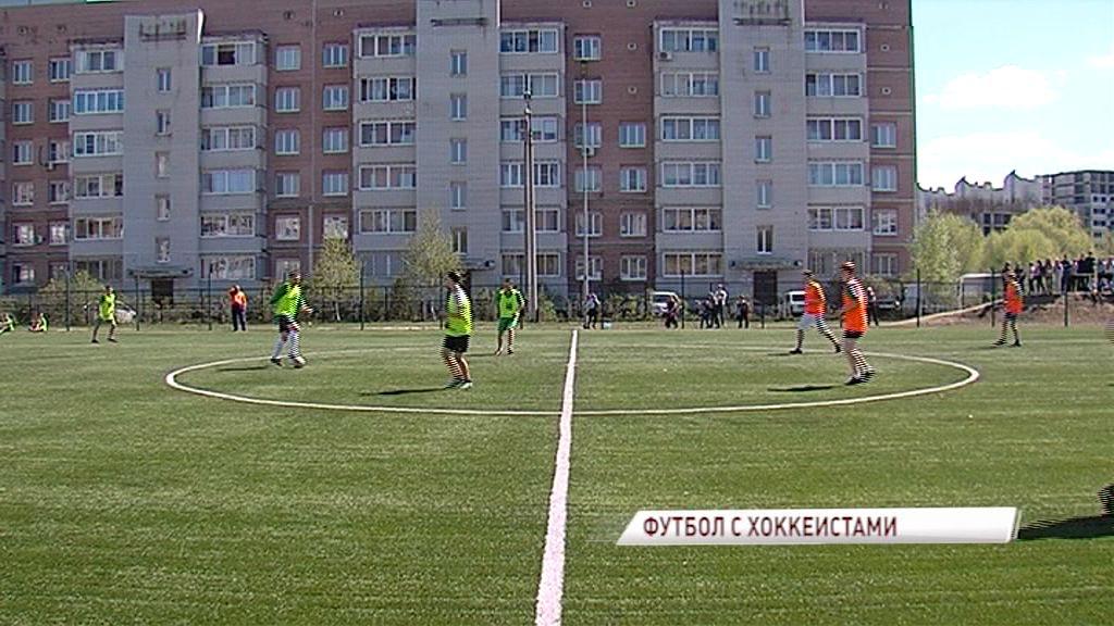 Ветераны ярославского хоккея сыграли со школьниками в футбол