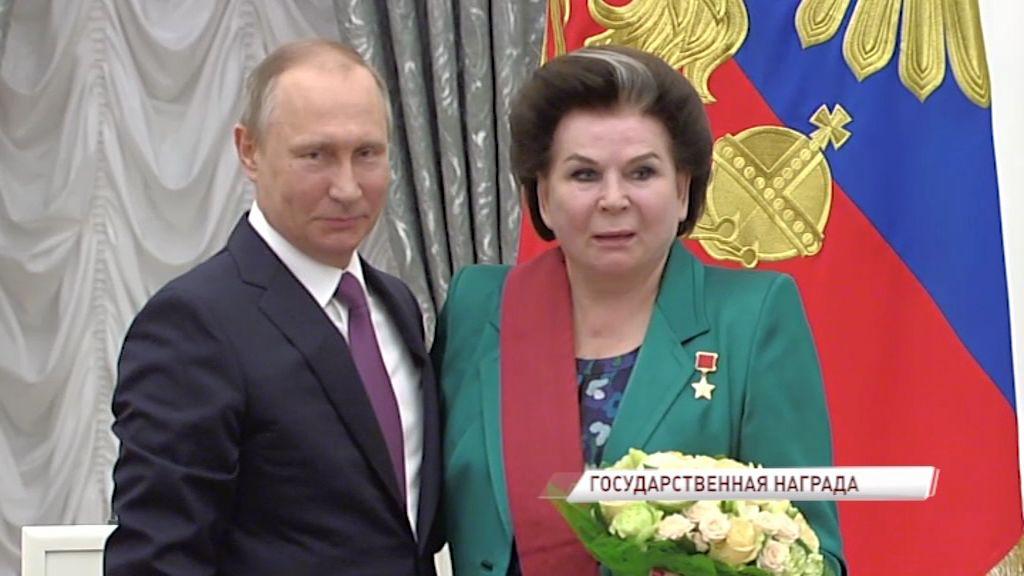 ВИДЕО: Владимир Путин наградил Валентину Терешкову