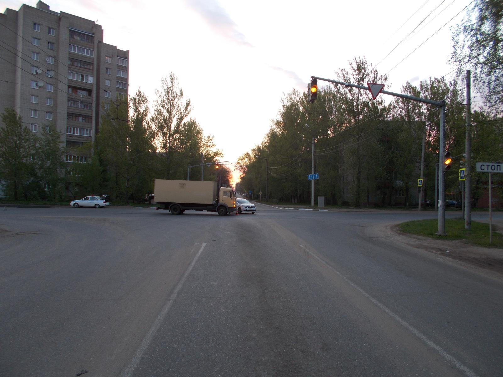 Такси угодило под КАМАЗ: пострадала пассажирка