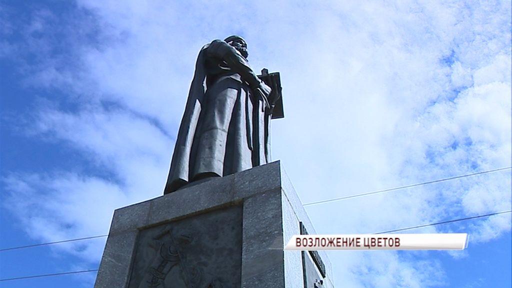 День города начали отмечать возложением цветом к памятнику Ярославу Мудрому