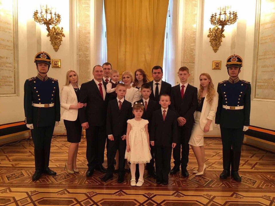 Владимир Путин наградил многодетную семью из Ярославля орденом «Родительской славы»