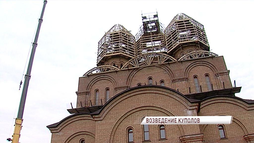 На храм на Ленинградском проспекте начали устанавливать купола