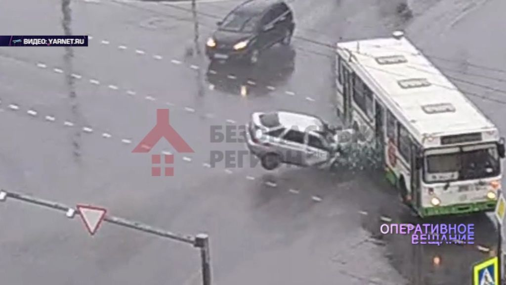 В забитый под завязку пассажирский «ЛиАЗ» врезалась «Лада»
