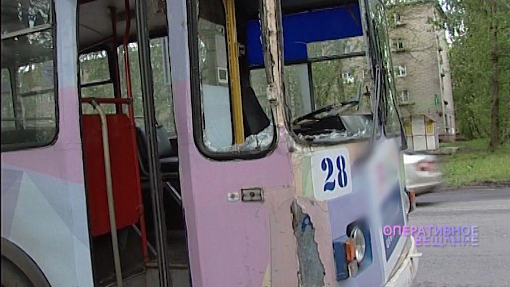 На Тутаевском шоссе столб рухнул на троллейбус