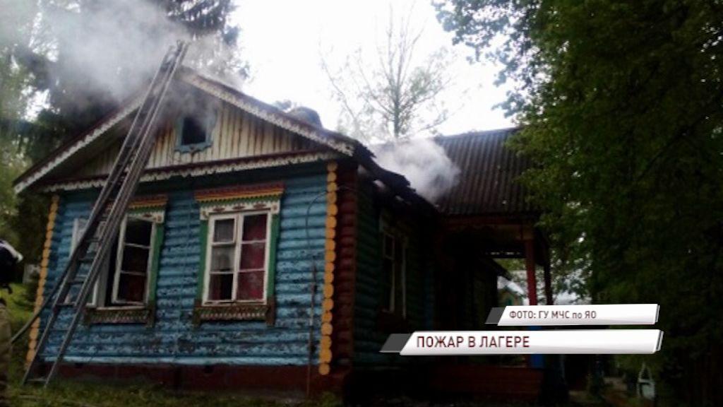 В детском лагере «Молодая гвардия» загорелся один из деревянных корпусов