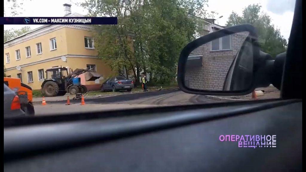 ВИДЕО: дорожники при помощи трактора подвинули припаркованную машину