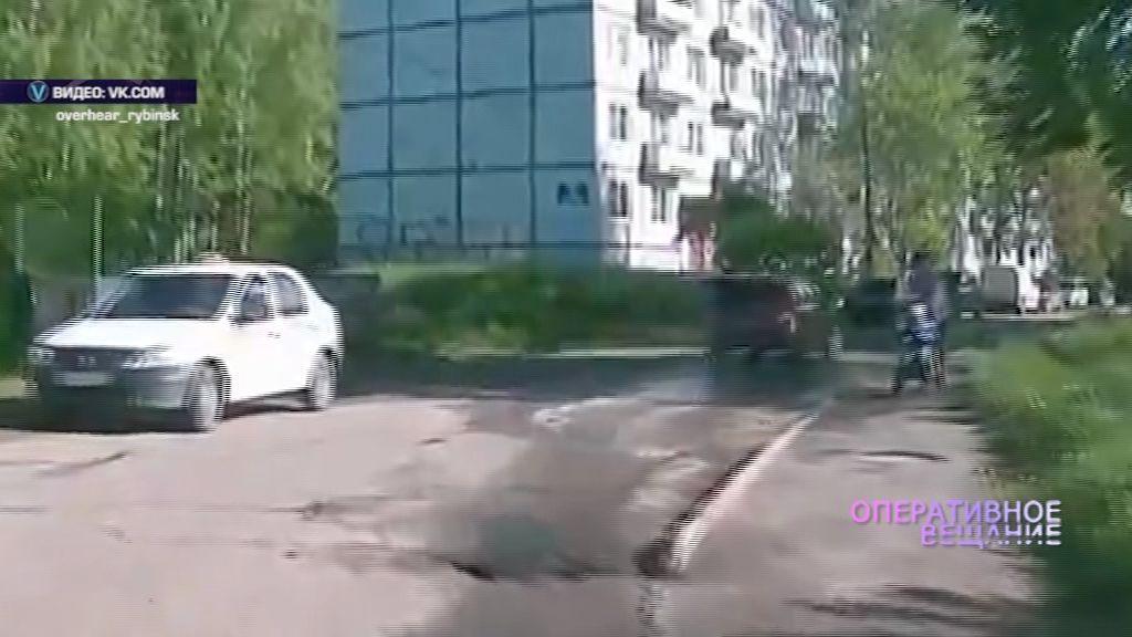 ВИДЕО:В Рыбинске водитель окатил из лужи женщину с коляской