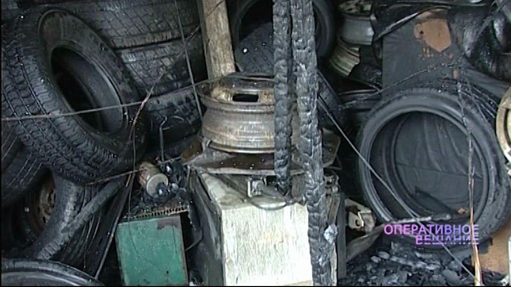 Сильный пожар: Пламя охватило здание шиномонтажа