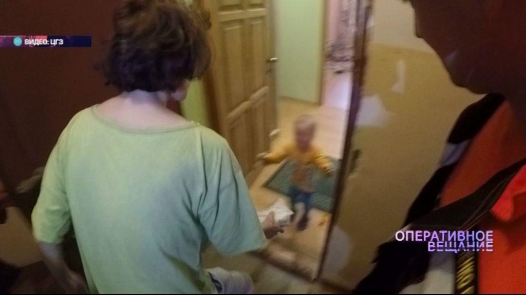 Один дома: Спасатели ЦГЗ вызволили из квартиры полуторагодовалого малыша