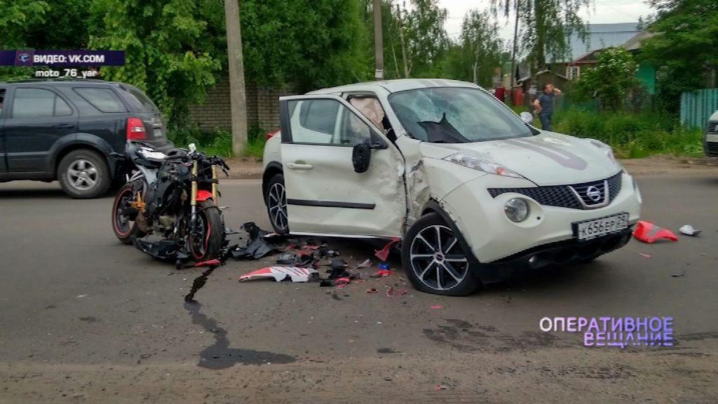 В Ярославле на улице Мельничной в «Ниссан» влетел мотоциклист