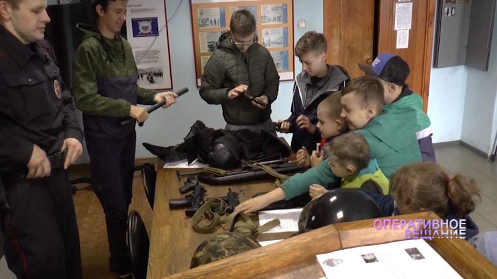 Полицейские провели экскурсию для слабослышащих детей школы-интерната