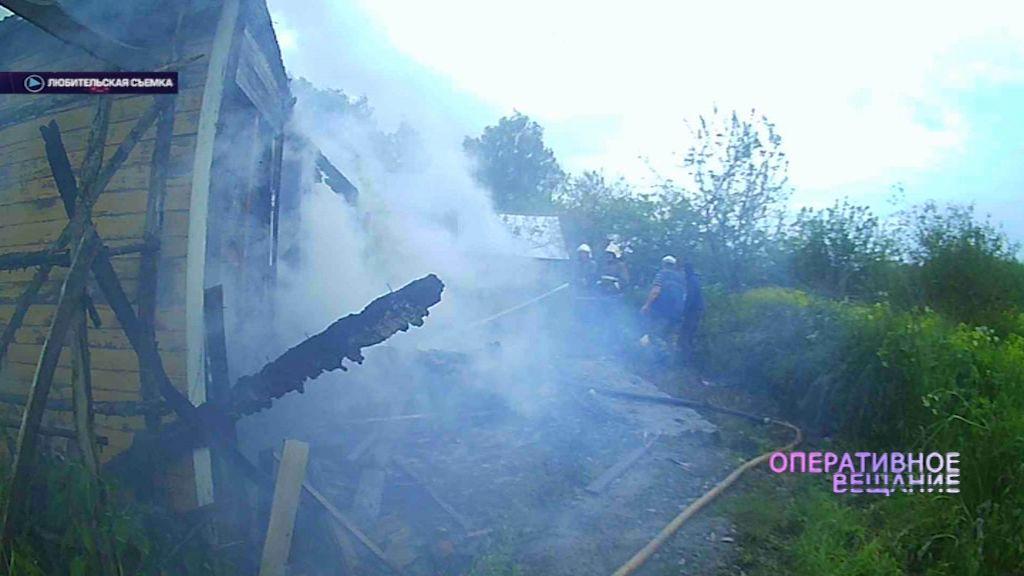 В деревне Богословка вспыхнул старый дом