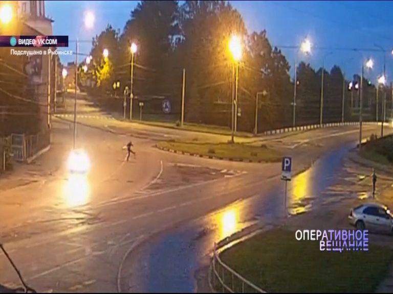 ВИДЕО: в Рыбинске парни сыграли в футбол бутылкой на оживленной трассе